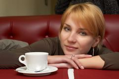 La muchacha tiene una rotura con café Imagen de archivo libre de regalías