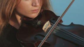 La muchacha toca emocionalmente el violín almacen de metraje de vídeo