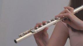 La muchacha toca la flauta almacen de metraje de vídeo