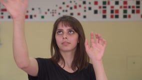La muchacha toca la pantalla, conveniente para los efectos que postprocesan y de mezclas almacen de metraje de vídeo