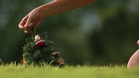 La muchacha toma el muñeco de nieve del árbol de navidad almacen de video