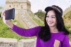 La muchacha toma el selfie en la Gran Muralla de China Fotos de archivo
