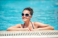 La muchacha se está relajando en la piscina Fotografía de archivo libre de regalías