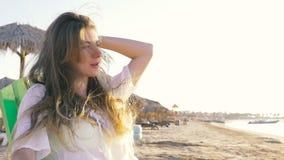 La muchacha toma el sol en la playa HD almacen de metraje de vídeo