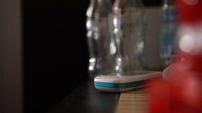 La muchacha toma el teléfono almacen de metraje de vídeo