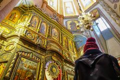 006 - La muchacha toma la foto dentro de la catedral de la albahaca del St imagenes de archivo