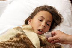 La muchacha toma la medicina Fotos de archivo