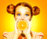 La muchacha toma la naranja jugosa Imagenes de archivo