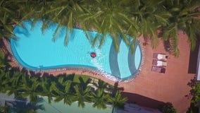 La muchacha toma la natación del resto en piscina en territorio del ático metrajes