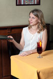 La muchacha toma su menú de la mano Foto de archivo