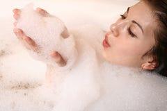 La muchacha toma un baño. Imágenes de archivo libres de regalías