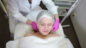 La muchacha toma a un cosmetólogo del doctor almacen de metraje de vídeo