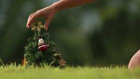 La muchacha toma una estrella del árbol de navidad metrajes