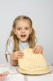 La muchacha toma una pizza del plato de la torta Foto de archivo libre de regalías