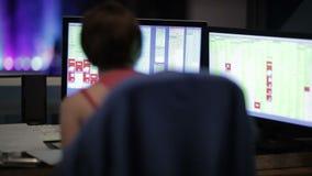 La muchacha trabaja en el ordenador durante el funcionamiento de teatro. almacen de metraje de vídeo