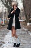 La muchacha triguena hermosa en invierno viste al aire libre Imagen de archivo libre de regalías