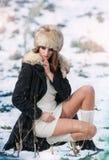 La muchacha triguena hermosa en invierno viste al aire libre Imágenes de archivo libres de regalías