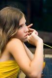La muchacha triste hermosa del retrato piensa en ella Fotos de archivo