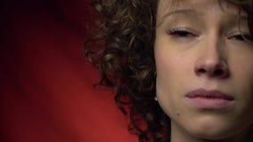La muchacha triste mira con esperanza almacen de metraje de vídeo