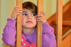 La muchacha triste mira a sus padres que luchan Foto de archivo