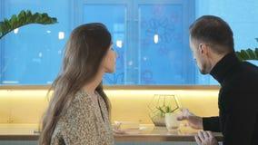 La muchacha triste tiene una fecha con el hombre hermoso en café almacen de metraje de vídeo