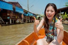 La muchacha turística en Tailandia manosea con los dedos encima de muestra de la mano Imagen de archivo libre de regalías