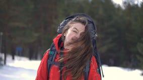 La muchacha turística joven está mostrando la belleza de su pelo almacen de metraje de vídeo