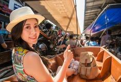 La muchacha turística manosea con los dedos encima de la muestra de la mano que se divierte Foto de archivo