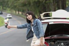 La muchacha turística necesita ayuda después de que el coche tenga un problema Imagenes de archivo