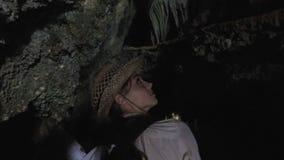La muchacha turística perdió la manera en cueva almacen de metraje de vídeo