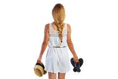 La muchacha turística rubia con chancleta calza el vestido blanco Imagenes de archivo