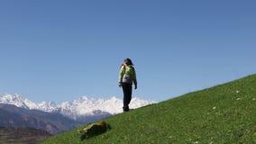 La muchacha turística sube las montañas