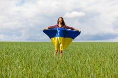 La muchacha ucraniana hermosa en una camisa de tela escocesa y un dril de algodón del cortocircuito pone en cortocircuito Imagen de archivo