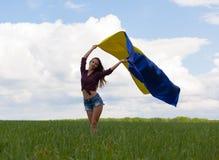 La muchacha ucraniana hermosa en una camisa de tela escocesa y un dril de algodón del cortocircuito pone en cortocircuito Foto de archivo libre de regalías