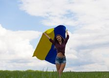 La muchacha ucraniana hermosa en una camisa de tela escocesa y un dril de algodón del cortocircuito pone en cortocircuito Fotografía de archivo libre de regalías