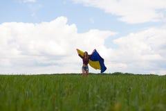 La muchacha ucraniana hermosa en una camisa de tela escocesa y un dril de algodón del cortocircuito pone en cortocircuito Imagen de archivo libre de regalías