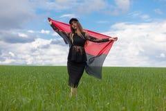 La muchacha ucraniana hermosa en una camisa de tela escocesa y un dril de algodón del cortocircuito pone en cortocircuito Foto de archivo