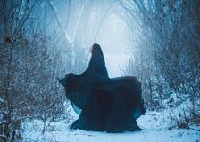 La muchacha un demonio camina solamente imagen de archivo libre de regalías