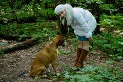 La muchacha, un mosquito y un perro en el bosque Fotografía de archivo libre de regalías