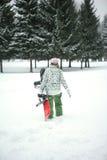 La muchacha va al paseo del snowboard fotografía de archivo