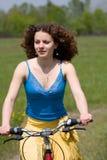 La muchacha va en bicicleta Fotos de archivo libres de regalías