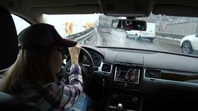 La muchacha va en la carretera Muchos coches en el camino Ella sigue el navegador y mira alrededor 4K MES lento almacen de video