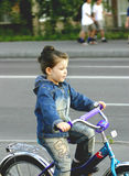 La muchacha va en una bicicleta Imagen de archivo libre de regalías