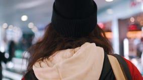 La muchacha va entre gente en el terminal de aeropuerto metrajes