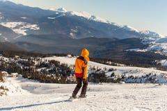 La muchacha va a esquiar en invierno foto de archivo libre de regalías