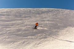 La muchacha va a esquiar en invierno imágenes de archivo libres de regalías