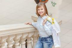 La muchacha va a hacer compras en la alameda Fotografía de archivo