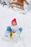 La muchacha va para un mecanismo impulsor en una cuesta de la nieve. Fotos de archivo libres de regalías
