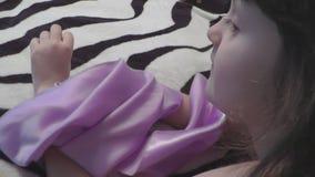 La muchacha va a través con un pañuelo, la mano del ` s del niño que toca el pañuelo metrajes