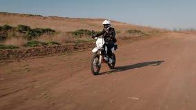 La muchacha va a la velocidad detrás de la rueda de una bici de los deportes almacen de metraje de vídeo